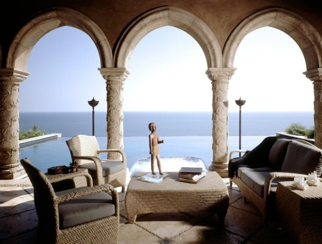 dam-images-celebrity-homes-2002-cher-cher-malibu-06-loggia